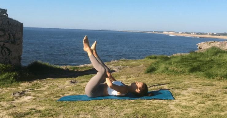 yoga pour le dos posture bébé heureux